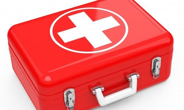 1.hjælp. Billede af en rød førstehjælpskasse med hvidt kors