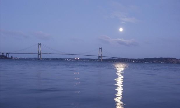 Nat. Den ny Lillebæltsbro om natten. Fuldmånen skinner på vandet.