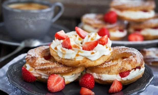 Konditori. 3 flødekager med jordbær
