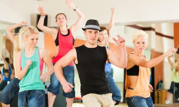 Danseworkshop. 5 personer som danser, heraf 4 piger og 1 mand med sort hat