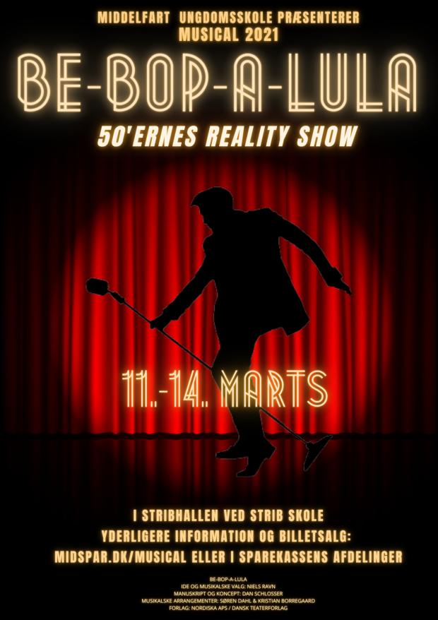 Plakat. Billede af musicalplakat, hvor der er rødt scenetæppe i baggrunden og en mand med mikrofon i forgrunden.
